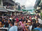 hadiri-tradisi-serak-gulo-di-padang-ribuan-warga-penuhi-halaman-masjid-muhammadan.jpg