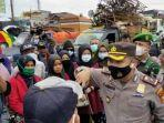kapolsek-tampan-pekanbaru-memberikan-penjelasan-kepada-penumpang-bus-npm-dari-medan.jpg