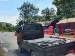 kendaraan-angkutan-barang-melewati-pos-penyekatan-larangan-mudik-di-perbatasan-sumbar-riau.jpg