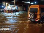 kendaraan-nekat-menerobos-banjir-yang-menggenangi-jalan-aru-lubeg.jpg