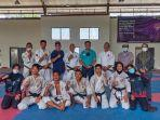kenshi-sumbar-dan-pelatih-foto-bersama-usai-latihan-persiapan-mengikuti-pon-papua-2021.jpg