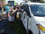 kereta-api-minangkabau-exspress-tabrak-minibus-toyota-avanza.jpg
