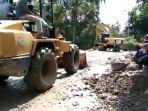 loader-danekskavator-mulai-bersihkan-sisa-material-banjir-bandang-tanah-datar.jpg
