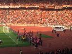 m-natshir-dilarikan-dengan-ambulance-pada-laga-persija-vs-persib-di-stadion-utama-gelora-bung-karno.jpg