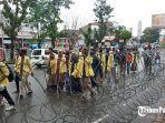 mahasiswa-yang-akan-melaksanakan-aksi-demo-di-dprd-sumbar-rabu-7102020.jpg