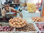 masrizal-pedagang-bawang-di-pasar-raya-padangjpg.jpg