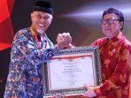 menpan-rb-tjahjo-kumolo-menyerahkan-penghargaan-sakip-award-2019.jpg