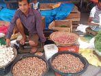 pedagang-bawang-di-pasar-raya-padang-jumat-2442020.jpg