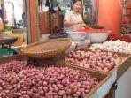 pedagang-bawang-di-pasar-raya-padang-jumat-2662020.jpg