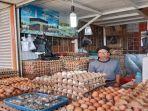 pedagang-telur-di-pasar-raya-padang.jpg