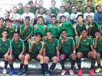 pelatih-fakhri-husaini-tengah-pemain-timnas-indonesia-u-18.jpg
