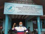 pelatih-gantole-sumbar-philips-r-berfoto-di-depan-sekretariat-federasi-aerosport-indonesia.jpg