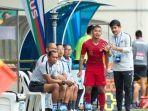 pelatih-timnas-u-23-indonesia-indra-sjafri-memberikan-instruksijpg.jpg