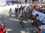 pembalap-melintasi-etape-keenam-tds-2019-dengan-rute-kabupaten-solok-menuju-solok-selatan.jpg