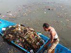 pembersihan-sampah-di-kawasan-danau-cimpago-padang-sabtu-1112020.jpg