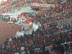 pendukung-psm-makassar-di-tribune-tim-tamu-di-stadion-utama-gelora-bung-karno-sugbk.jpg
