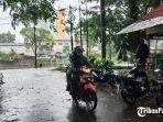 pengendara-sepeda-motor-saat-melewati-hujan-di-kota-padang-sumbar.jpg