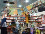 pengjung-tengah-memilih-buku-di-toko-buku-sari-anggrek.jpg