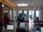 penumpang-meniup-kantong-untuk-tes-genose-c19-di-bandara-internasional-minangkabau.jpg