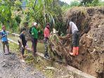 peristiwa-pohon-tumbang-yang-terjadi-di-wilayah-kota-padang-sumatera-barat-senin-2262020.jpg