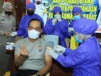 personel-polda-sumbar-saat-melaksanakan-vaksinasi.jpg