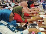 peserta-sedang-melakukan-manicure-dan-memasang-kuteks-pada-kelas-kecantikan.jpg