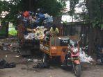 petugas-kebersihan-kota-padang-sedang-memilah-sampah.jpg