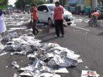 petugas-kebersihan-membersihkan-kertas-koran-beka.jpg