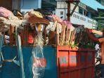 petugas-kebersihan-membersihkan-sampah-yang-ada-di-pasar-raya-padang.jpg