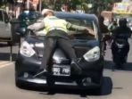 petugas-kepolisian-mencoba-memberhentikan-pelanggar-lalu-lintas.jpg
