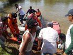 petugas-melakukan-evakuasi-warga-yang-diduga-digigit-buaya-di-kabupaten-agam-sumatera-barat.jpg