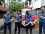 petugas-pemadam-kebakaran-kota-padang-saat-mengamankan-ular-sepanjang-25-meter-rabu.jpg