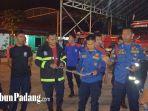 petugas-pemadam-kebakaran-saat-memperlihatkan-ular-yang-di-evakuasi.jpg