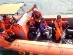 petugas-sar-saat-melakukan-evakuasi-terhadap-nelayan-mentawai.jpg