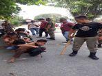 petugas-satpot-pp-kota-padang-memberikan-hukuman-kepada-12-pelajar.jpg