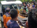petugas-tim-sar-saat-melakukan-evakuasi-nelayan-yang-hilang.jpg