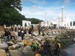 proses-evakuasi-korban-hanyut-di-pantai-padang-sumbar.jpg
