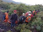 proses-evakuasi-pendaki-yang-terjatuh-di-gunung-marapi-sumatera-barat-sabtu-492021.jpg