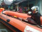 proses-evakuasi-warga-yang-terdampak-banjir-di-kota-padang.jpg
