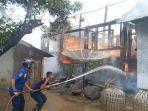 proses-pemadaman-api-yang-membakar-rumah-gadang.jpg