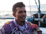 risman-36-nelayan-pauah-barat-kota-pariaman-saat-memancing-di-perairan.jpg