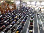 salat-jumat-berjamaah-di-masjid-pusdai-jabar.jpg