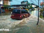 sebuah-kendaraan-melintasi-banjir-di-jalan-aru-padang-rabu-872020.jpg