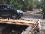 sebuah-mobil-lewat-di-jembatan-darurat-menuju-objek-wisata-pantai-air-manis.jpg
