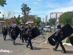sejumlah-aparat-kepolisian-berjaga-di-kantor-dprd-sumbar-kamis-15102020.jpg