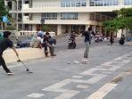 sejumlah-pemuda-bermain-skateboard-di-trotoar-pantai-padang.jpg