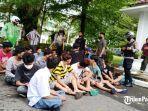 sejumlah-remaja-diamankan-polisi-saat-demo-tolak-uu-cipta-kerja-di.jpg