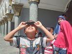 seorang-bocah-yang-menyaksikan-gerhana-matahari-cincin-di-masjid-raya-sumbar.jpg