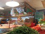 seorang-pedagang-pasar-raya-padang-yurnialis-saat-ditemui-jumat-1162021.jpg