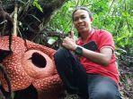 seorang-pengunjung-di-lokasi-bunga-rafflesia-tuan-mudae.jpg
